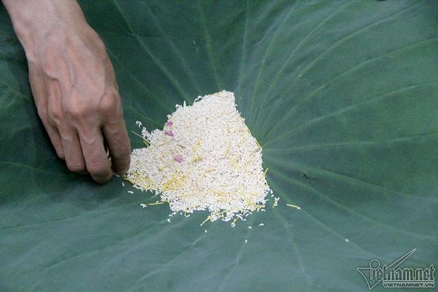 Với mỗi 1kg trà, người ta phải dùng hai lạng gạo sen cho một lần ướp