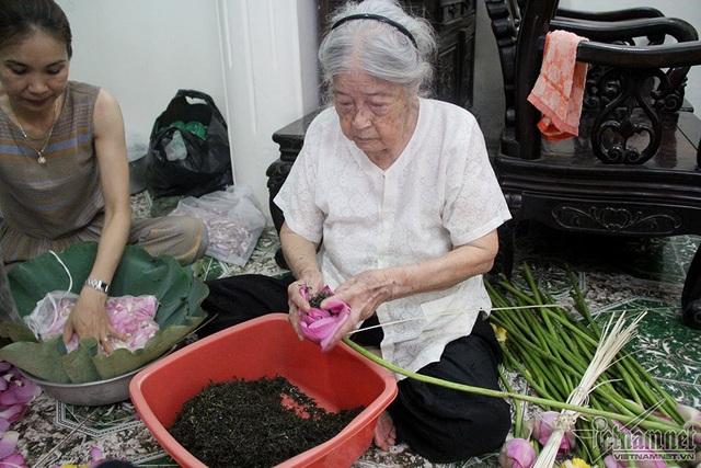 Bà Nguyễn Thị Dần (95 tuổi) là nghệ nhân cao tuổi nhất còn gắn bó với nghề truyền thống làm trà sen Tây Hồ
