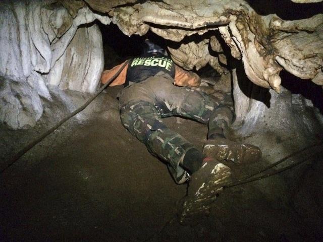Lực lượng cứu hộ, bao gồm các thợ lặn, đã phải chui vào những hố rất nhỏ trong hang để tìm kiếm người mất tích. (Ảnh: Star Tribune)