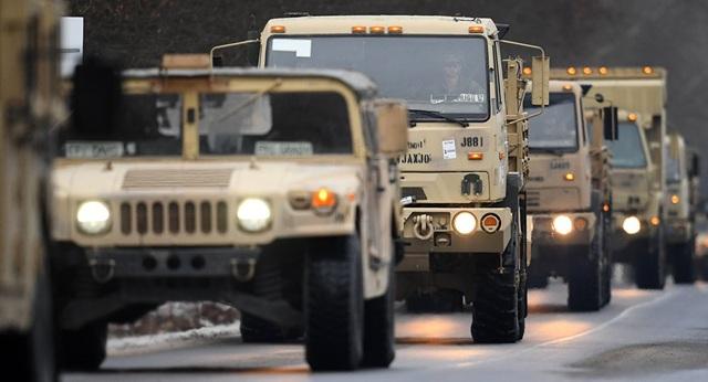 Các phương tiện quân sự của Mỹ di chuyển tại Đức (Ảnh: AP)