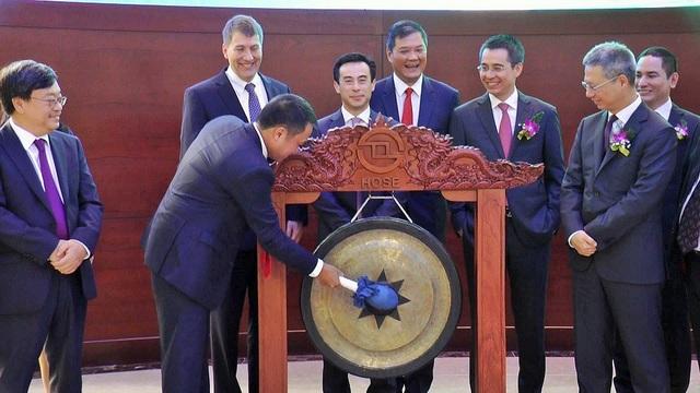 Chủ tịch HĐQT Hồ Hùng Anh đánh tiếng cồng chào mừng cổ phiếu TCB chính thức chào sàn HOSE.