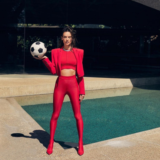 Alessandra Ambrosio: 37 tuổi vẫn rất cuốn hút - 8