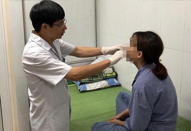 TS Kiêm khám cho bệnh nhân.