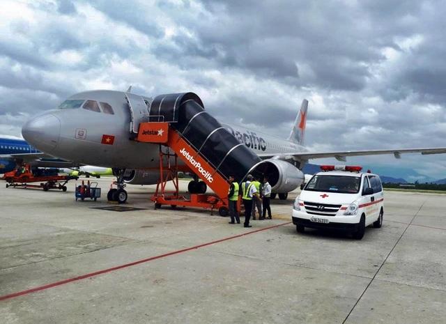 Chuyến bay có hành khách bị ngất xỉu phải hạ cánh khẩn cấp xuống Đà Nẵng để đưa khách đi cấp cứu