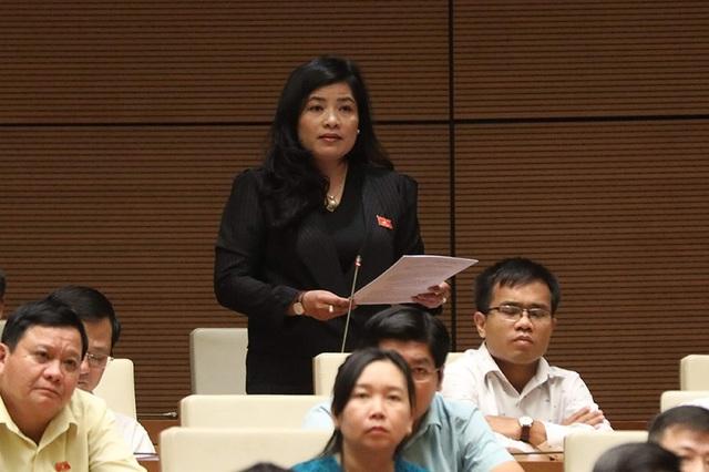 Đại biểu Đàm Thị Mỹ Hương (Ninh Thuận) đề nghị ông Thể làm rõ việc công khai thu phí BOT. (Ảnh: Như Phúc)