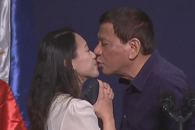 Tổng thống Philippines Rodrigo Duterte hôn người phụ nữ trong sự kiện tại Hàn Quốc ngày 3/6. (Ảnh: ABS News)