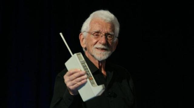 Chiếc điện thoại di động đầu tiên trên thế giới với dải ăng-ten râu, được phát minh bởi kỹ sư Martin Cooper.