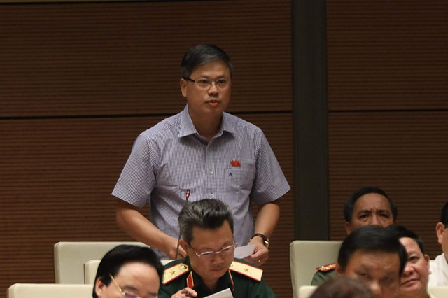 Đại biểu Nguyễn Sỹ Cương chất vấn về tình trạng lãng phí đất đai ghê gớm. (Ảnh: Như Phúc)