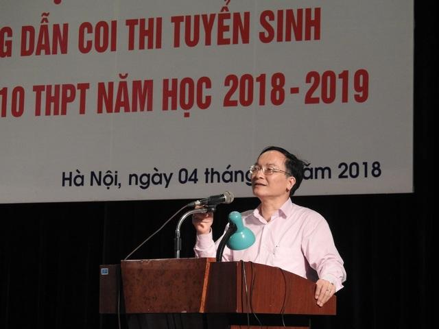 Ông Phạm Văn Đại, Phó Giám đốc Sở GD&ĐT hướng dẫn tuyển sinh vào lớp 10 THPT. (Ảnh: Đình Cường).