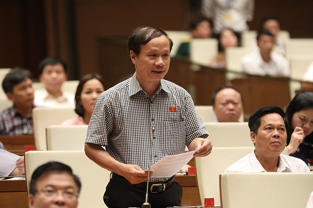 Đại biểu Phạm Tất Thắng đặt câu hỏi về nguy cơ từ 3 nhà máy điện hạt nhân của Trung Quốc ở gần biên giới với Việt Nam (ẢNh: Như Phúc)