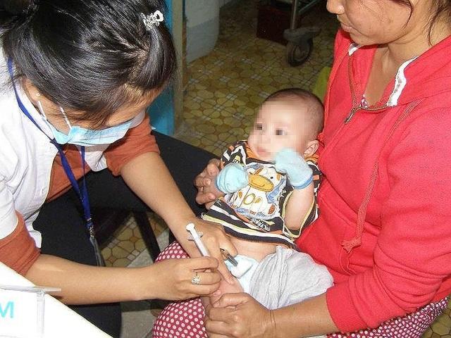 Một trẻ đang được tiêm ngừa vaccine phòng bệnh. Ảnh: TRẦN NGỌC