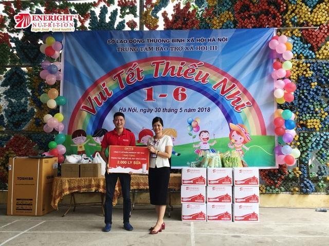 Eneright Việt Nam tặng 4.000 ly sữa cho trẻ em có hoàn cảnh khó khăn nhân 1/6 - 1