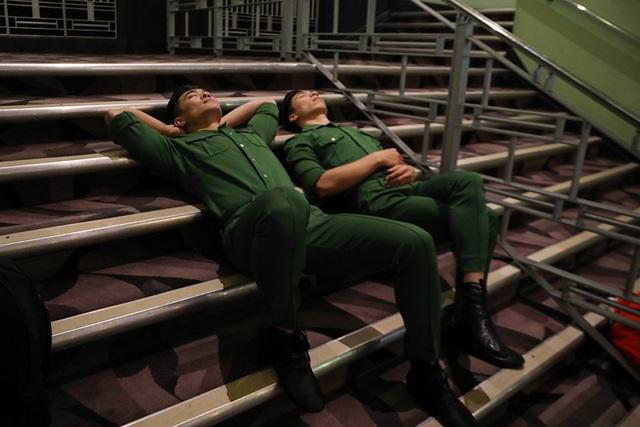 Trước đó, những hình ảnh hậu trường cho thấy anh em Quốc Cơ - Quốc Nghiệp cũng khá căng thẳng nên nghỉ ngơi khi quay hình và chờ kết quả