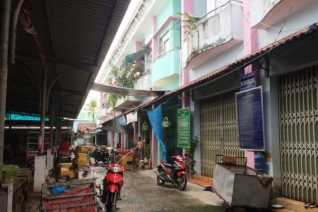 Nhưng người dân trên đảo Phú Quốc bức xúc nhất là ngôi trường tiểu học Dương Đông 2 bị lấy làm chợ, trong khi đơn vị này không bồi hoàn tiền đất để ngành giáo dục xây trường mới