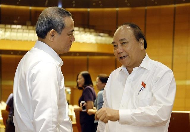 Thủ tướng Nguyễn Xuân Phúc trao đổi với các đại biểu bên hành lang Quốc hội (ảnh: Như Phúc)