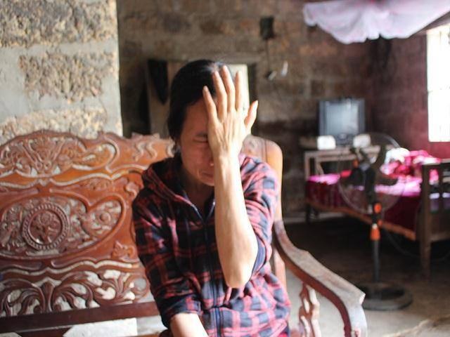 Chị Thi bật khóc nức nở khi thuật lại giây phút được phía bệnh viện thông báo con trai bị ung thư máu.
