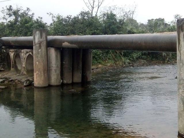 Con suối nơi chiếc cầu tạm bắc qua về mùa lũ nước dâng cao chia cắt xóm Ngụ Dẻ.
