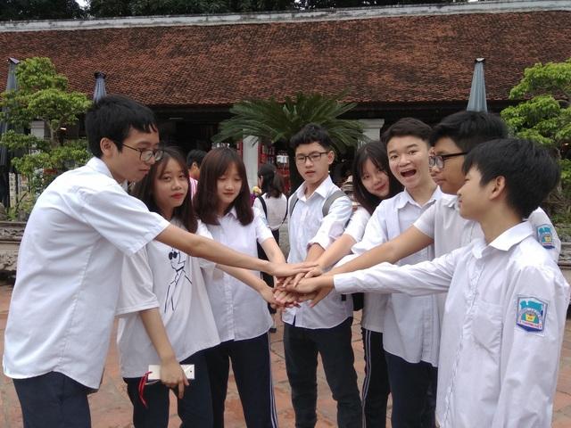 Học sinh lớp 9A3 Trường THCS Lý Thường Kiệt cho biết, cả lớp đều đến Văn Miếu cầu may cùng với giáo viên chủ nhiệm và một số phụ huynh.