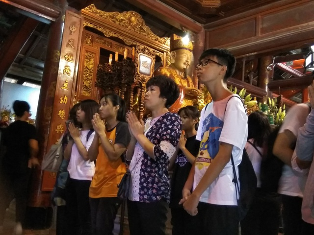 Phụ huynh và học sinh cùng đi cầu may tại Văn Miếu.