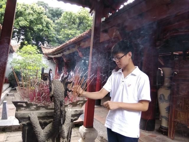 Thậm chí, một học sinh lớp 8 đến từ Sơn La cũng tranh thủ thời gian nghỉ hè đến Văn Miếu cầu mong năm sau mình thi đỗ vào lớp 10 Trường THPT chuyên Sơn La.