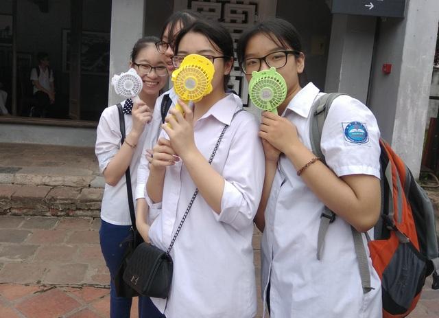 Giây phút tinh nghịch của học sinh lớp 9 ngay trong sân Văn Miếu.