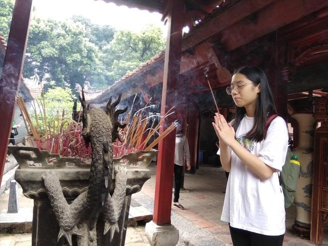 Em Nguyễn Ngọc Minh, học sinh Trường THCS Lê Hồng Phong, đang cầu mong thi đỗ vào Trường chuyên Nguyễn Huệ, Hà Nội.