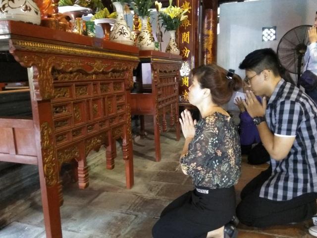 Nguyễn Tuấn Hưng cùng mẹ đến Văn Miếu cầu mong thi đỗ vào lớp 10 THPT Phạm Hồng Thái.