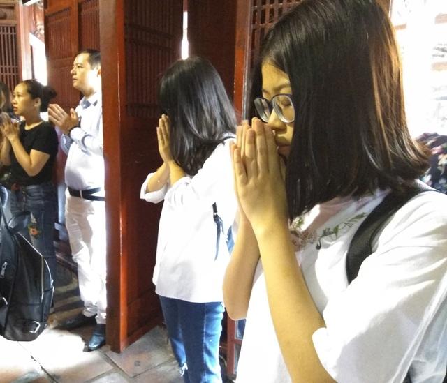 Hà Nội: Sĩ tử tấp nập đến Văn Miếu cầu may trước ngày thi lớp 10 - 9