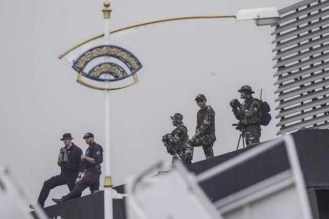 An ninh Mỹ làm nhiệm vụ trước khi Không Lực Một chở cựu Tổng thống Obama hạ cánh xuống căn cứ không quân ở ngoại ô Kuala Lumpur, Malaysia năm 2015 (Ảnh: EPA)