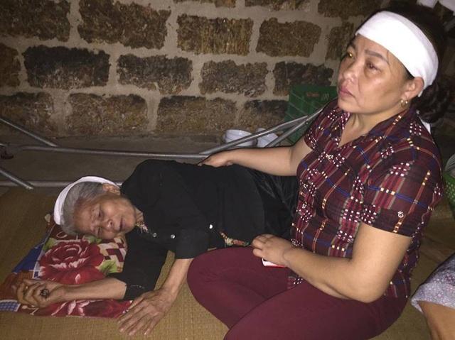 Người bà nội nằm bẹp trên giường khóc không thành lời