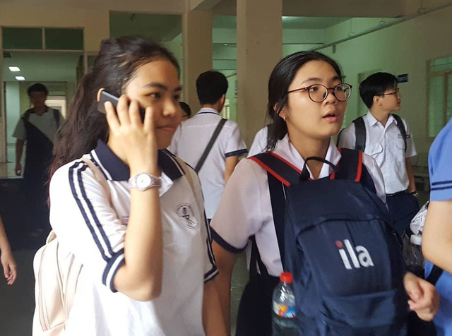Học sinh thi vào trường Trung học Thực hành ĐH Sư phạm TPHCM sau buổi thi Văn chiều nay.