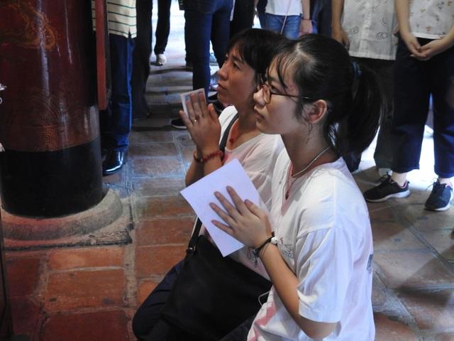 Hà Nội: Sĩ tử tấp nập đến Văn Miếu cầu may trước ngày thi lớp 10 - 15