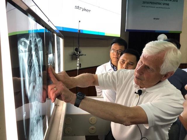 GS Stuart Weinstein hướng dẫn học viên nhận biết những cong vẹo bất thường cột sống trên phim chụp. Ảnh: H.Hải