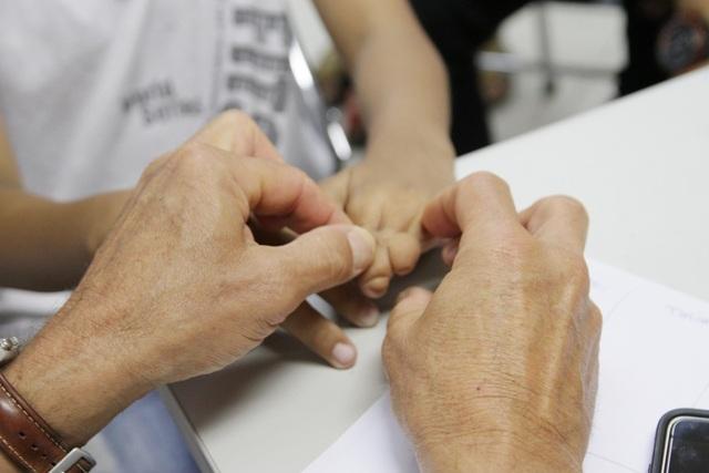 Cháu bé bị dị tật ngón tay được khám sàng lọc trước khi mổ