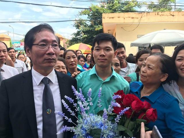 Bác sĩ Hoàng Công Lương được nhiều người dân tặng hoa sau khi phiên toà tuyên án kết thúc (Ảnh: Trần Thanh)