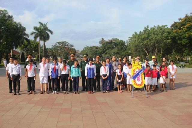 Gia đình liệt sĩ Bùi Kim Đỉnh và lãnh đạo Hội Khuyến học, các đơn vị vũ trang dâng hoa tưởng nhớ các liệt sĩ