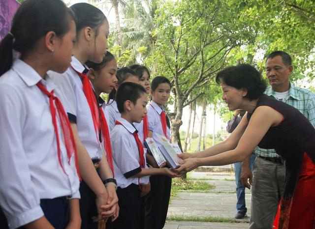 Những suất học bổng, những cuốn nhật ký được những người em liệt sĩ tặng cho học sinh