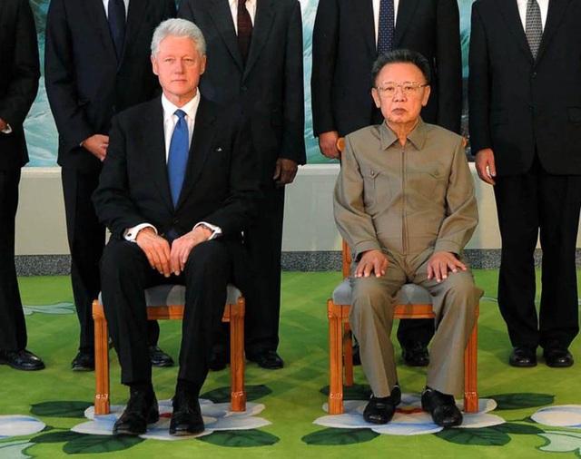 Cựu Tổng thống Bill Clinton giữ vẻ mặt nghiêm nghị khi chụp ảnh chung với cố lãnh đạo Triều Tiên Kim Jong-il trong cuộc gặp năm 2009 (Ảnh: KCNA)
