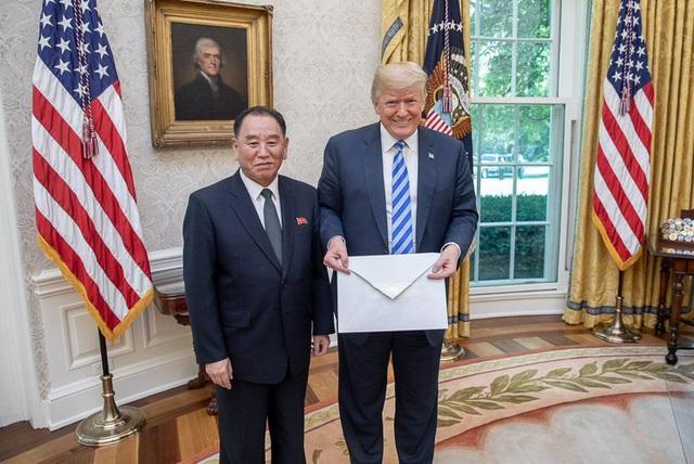 Tổng thống Trump tươi cười khi cầm trên tay bức thư do ông Kim Yong-chol mang tới Nhà Trắng (Ảnh: White House)