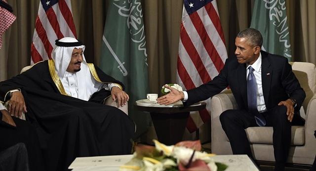 Cựu Tổng thống Mỹ Barack Obama bắt tay Quốc vương Ả rập Xê út tại hội nghị G-20 ở Thổ Nhĩ Kỳ năm 2015. (Ảnh: AP)