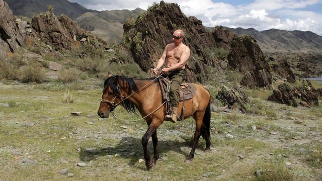 Tổng thống Putin cưỡi ngựa ở vùng Tuva phía nam Siberia hồi tháng 8/2009. (Ảnh: Reuters)