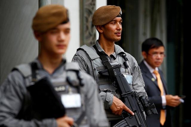 Lực lượng Gurkha gác bên ngoài khách sạn Shangri-La. (Ảnh: Reuters)