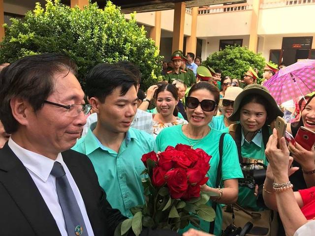Nhiều người vui mừng sau kết quả của HĐXX tuyên trả hồ sơ điều tra bổ sung vụ án chạy thận khiến 9 người tử vong (Ảnh: Trần Thanh)