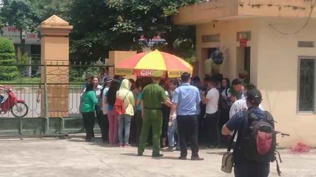 Lực lượng chức năng kiểm tra an ninh những người đến tham dự buổi tuyên án chiều nay