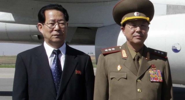 Tướng Ri Yong Gil (phải) trở thành Tổng tham mưu trưởng quân đội Triều Tiên. (Ảnh: AP)