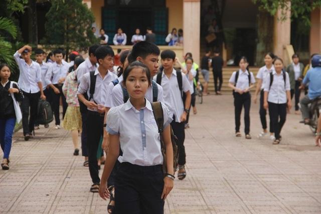Thí sinh rời phòng thi sau khi hoàn thành bài môn Toán