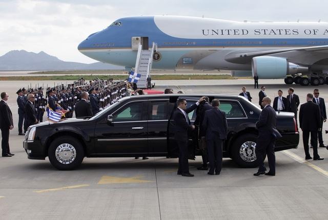 Dàn xe sẵn sàng phục vụ khi máy bay chở tổng thống Mỹ hạ cánh (Ảnh: Getty)