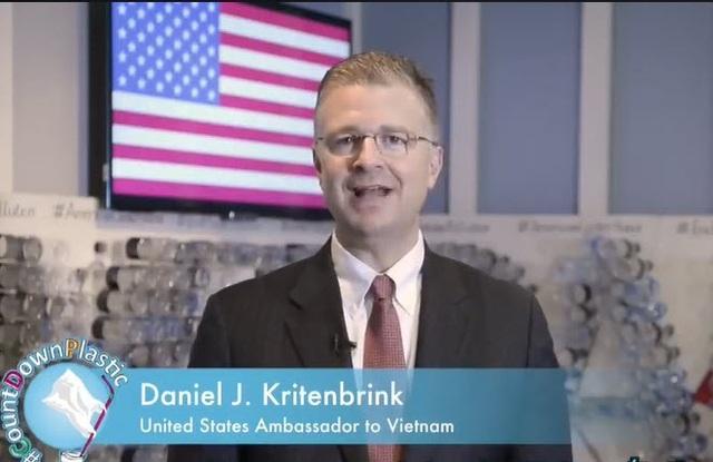 Đại sứ Mỹ Daniel Kritenbrink kêu gọi mọi người cùng nâng cao ý thức hạn chế sử dụng vật dụng bằng nhựa bảo vệ môi trường (Ảnh: Facebook)