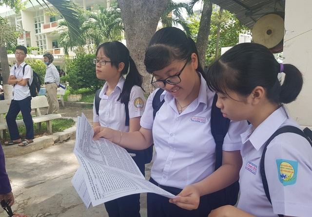 Hàng trăm phụ huynh đội nắng chờ con dự thi lớp 10 trường chuyên - 3