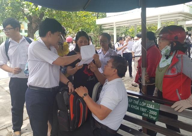 Hàng trăm phụ huynh đội nắng chờ con dự thi lớp 10 trường chuyên - 4